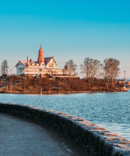 Luotosaaari Helsingissä talvisena aurinkoisena aamuna