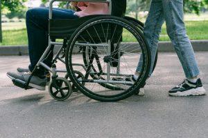 Pyörätuolin kanssa matkalla
