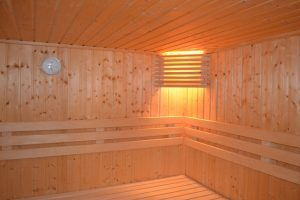 Esteettömässä saunassa mahtuu kääntymään pyörätuolilla.
